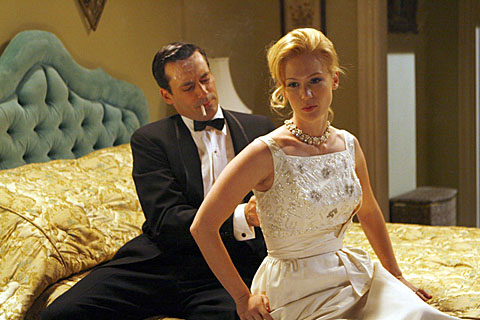 Don und Betty Draper ziehen sich zum Ausgehen fein an - und rauchend aus.