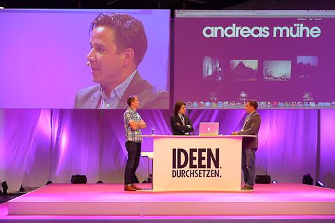 Andreas Mühe und Daniel Stier im Gespräch mit dem Moderator, der mehrfach raushängen ließ, dass er der Sohn von Frank Elstner ist.