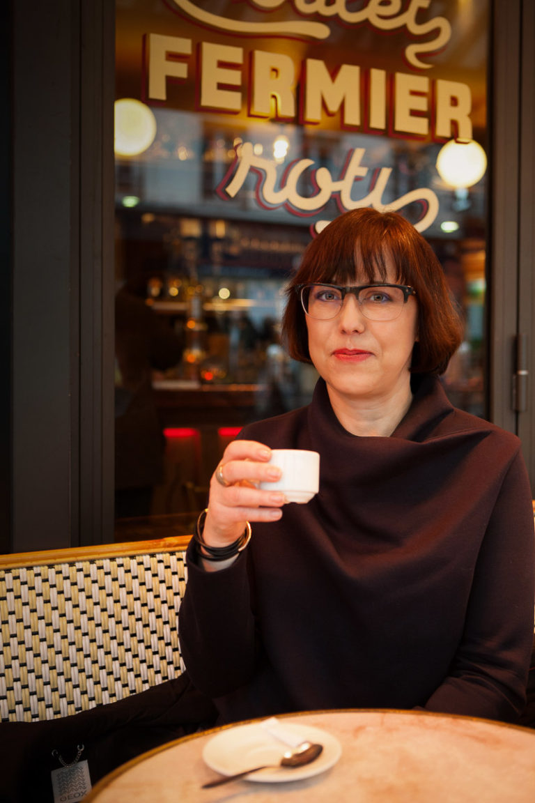 Martina Mettner in einem Café in Paris