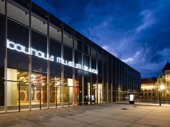 Nachtaufnahme Bauhaus Museum Dessau