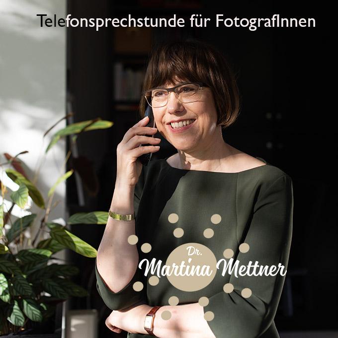 Martina Mettner beim Telefonieren