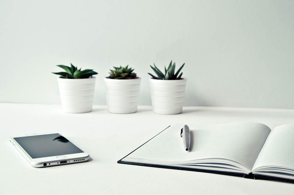 Schreibtisch mit Kalender und Telefon
