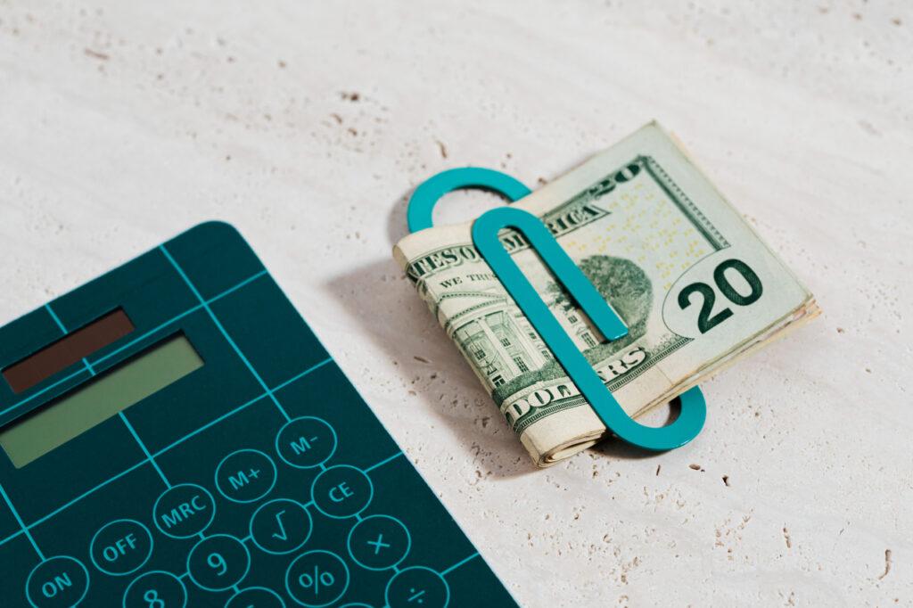 Taschenrechner und Dollarscheine