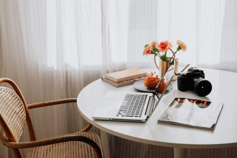 Tisch mit Laptop und Kamera