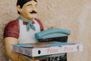 Standfigur mit Pizzakarton